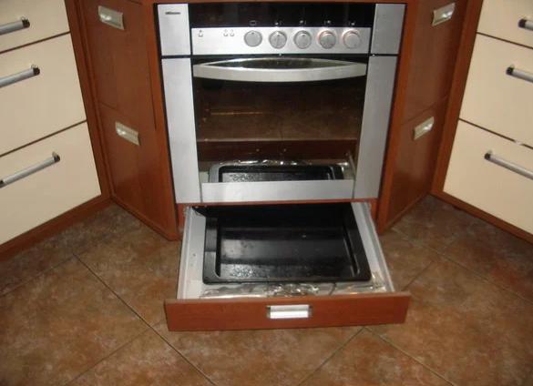 Для чего нужен ящик под духовкой?