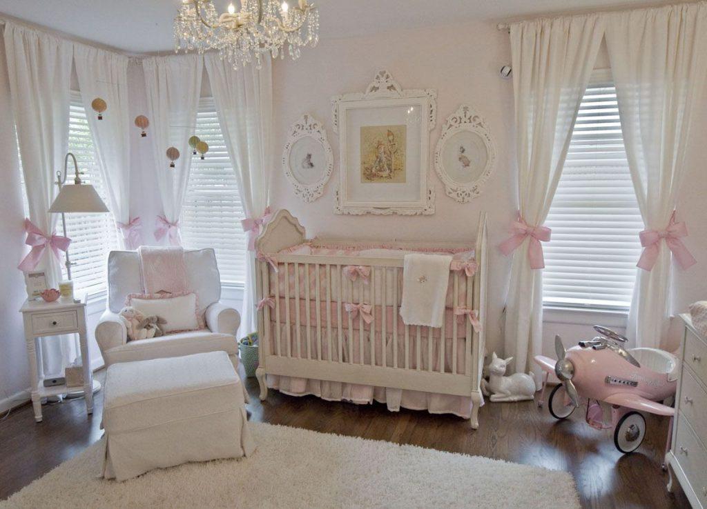 Комната для новорожденной девочки: где будет спать няня?