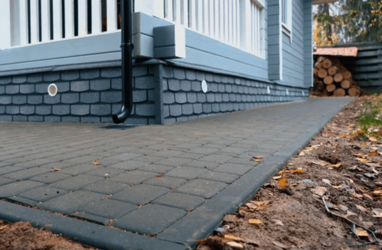 Строим отмостку правильно: мягкие покрытия vs бетон