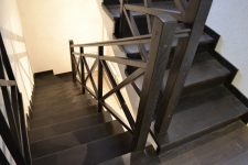 Как устроены лестницы для дома на больцах