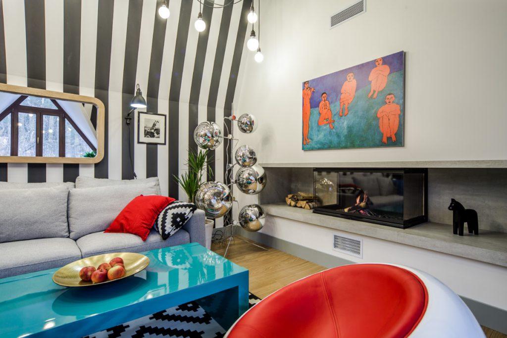 Мансарда, в которой прекрасно всё: от чёрно-белых стен до хромированных светильников