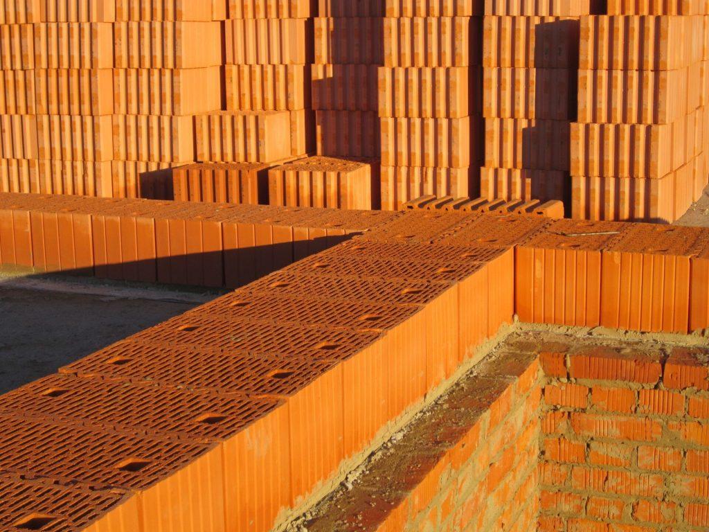Керамические блоки, их преимущества и особенности использования в частном строительстве